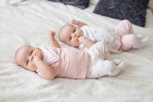 Dorka és Sára babafotozás - ikrek fotózása